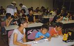 宇宙食を食べる参加者たち