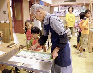 手すき和紙を体験する子ども(昨年)