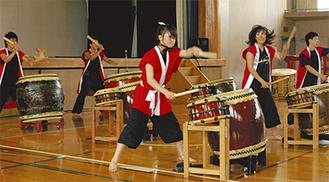 迫力ある演奏で来場者を魅了した和太鼓部のメンバーたち