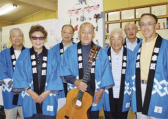 手づくりギターの柏木さんと区の役員たち