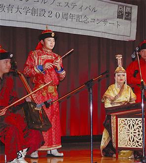 モンゴルの歌舞団による演奏