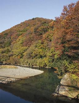 秋の中津川/愛川町提供