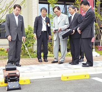 ロボットを操作する黒岩知事(中央)