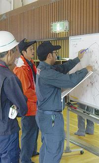 避難状況を確認する職員
