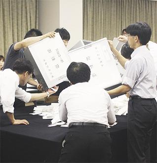 愛川町長選の開票作業