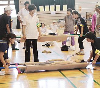 応急担架を作成する参加者たち
