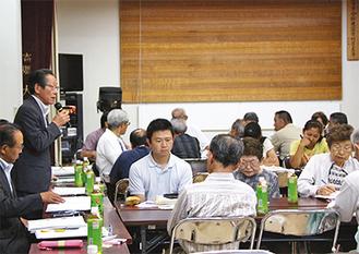 参加者に挨拶する小野澤町長(左端)