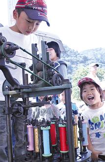 手動の機械で組ひも作りに挑戦
