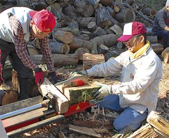 薪を割る参加者