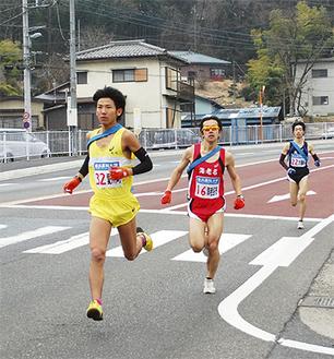 平山坂下交差点を走り抜ける苅田選手(左)