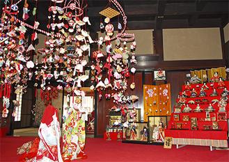 古民家を華やかに彩るひな壇飾りと吊るし雛