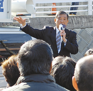 清川村の原下駐車場で演説する石破氏