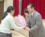 感謝を込めた花束や記念品が贈られた