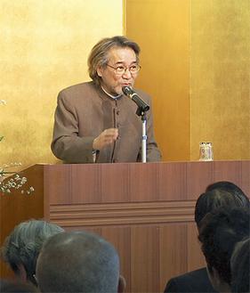 講演する稲川淳二さん