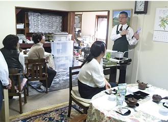 伊藤園職員の説明を熱心に聞く参加者たち