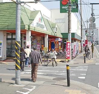 買い物で賑わう町内。商品券の経済効果が期待される