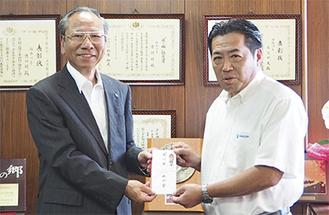 大矢村長(左)に寄付金を手渡す山本社長