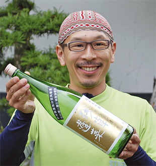 入賞酒「残草蓬莱」を手に笑顔の大矢さん