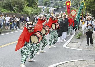 町内を舞い歩く三増の獅子舞(昨年の様子)