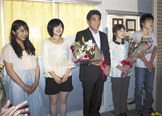 笑顔の田口氏(中央)
