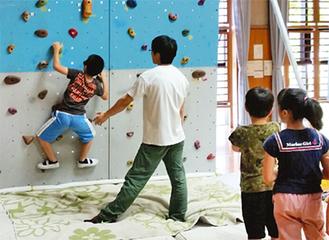 力強く壁を登る参加者
