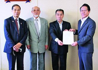 懸垂幕の寄付の様子。左から前場会長、三好副会長、柳川会長、小野澤町長