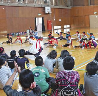 威勢よくソーラン節を踊る園児たち