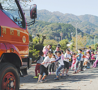 消防車と園児たちが力比べ