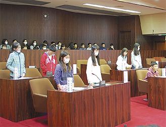政策を提案する小学生議員たち