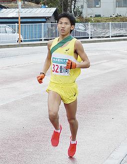 平山坂下交差点を通過する苅田選手