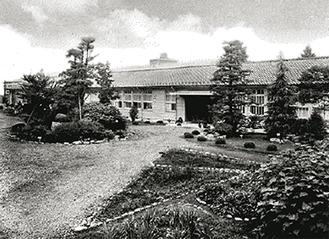 木造校舎だった頃の津久井高校(写真は1964年撮影)