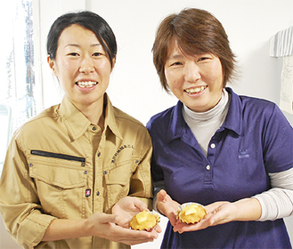 協力隊の稲葉さん(左)と岩澤理事長