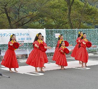 清川の緑をバックにフラダンスを披露