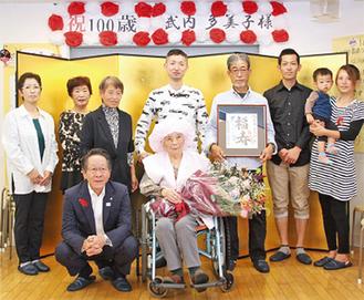 武内さん(中央)ご家族と小野澤町長