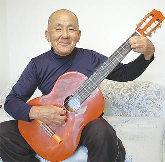 力作の竹ギターを手にする柏木さん