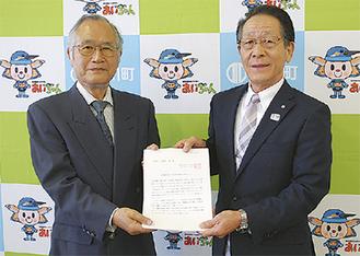 小野澤町長に提案書を手渡す小島会長(左)