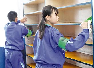 スイミングスクール施設内の清掃作業
