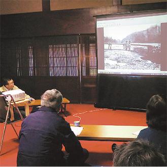 大矢氏から古写真の解説を受ける参加者。写真は「海底橋」