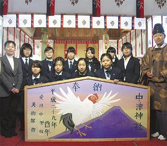 奉納された大絵馬と生徒たち