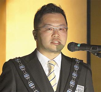 あいさつに立つ小澤理事長
