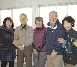 (写真左から)運営委員を務める迫田さん、花輪さん、神崎さん、長谷川会長、月本さん