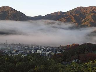 「朝霧に包まれた田代地区」撮影者・山口勇一写真提供/愛川町郷土資料館
