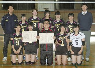 愛川高校女子バレー部と田中教諭(前列中央)
