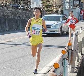 平山坂下交差点に向かって走る苅田選手