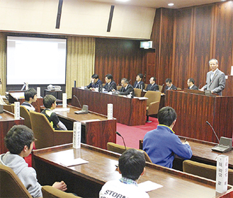 子ども議員の提言に答える大矢村長