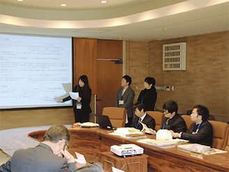 検討結果を発表する町職員