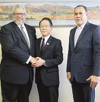 写真左から、ドミンゲス大使、小野澤町長、セペーダ総領事
