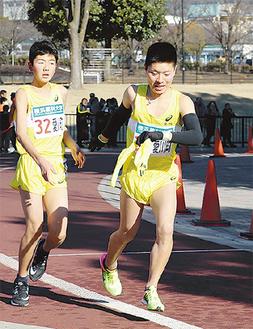 かながわ駅伝でたすきを受け取る吉川敦史さん(右)