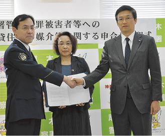 写真左から大宮署長、馬嶋会長、三橋支部長