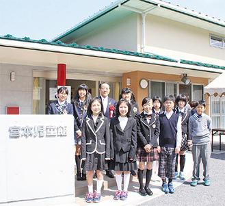 地域の子どもたちと小野澤町長の記念撮影